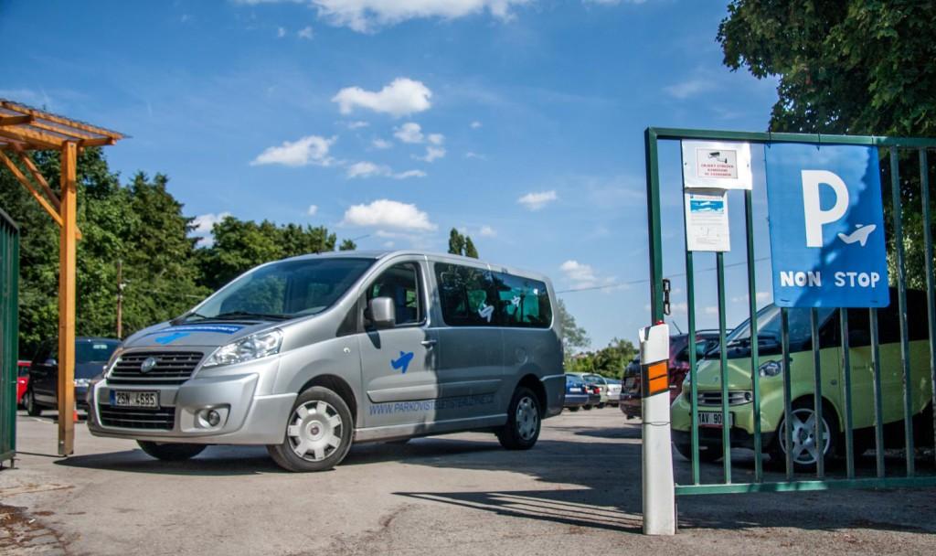 Vozidlo pro transport z parkoviště na letiště a zpět